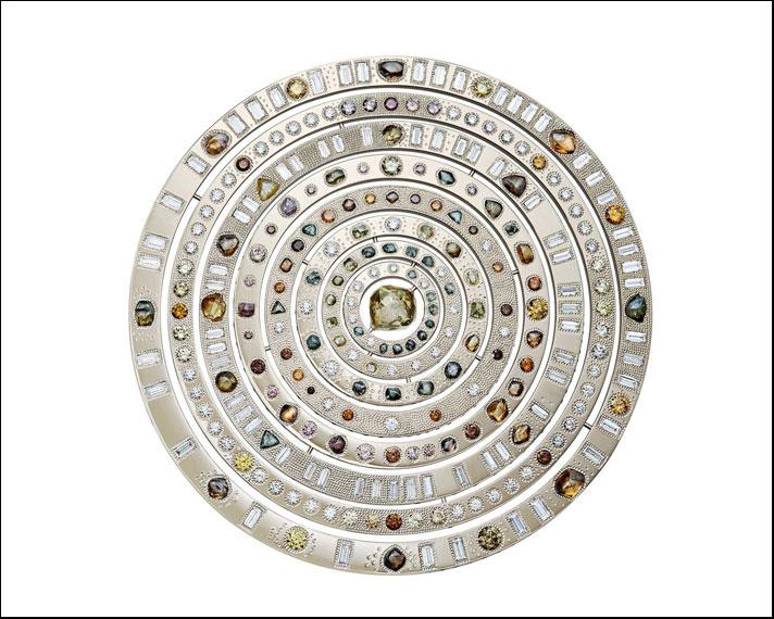 Collezione Talisman, medaglione Wondrous Sphere (sfera meravigliosa),  con un diamante centrale da 13, 17 carati. Prezzo: 1 milione di dollari