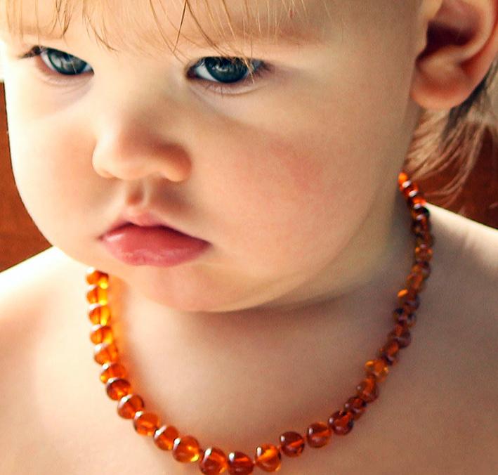 Bambina con collana di ambra
