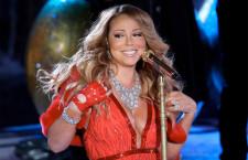 La cantante duranrte uno show, sempre con l'anello a forma di farfalla