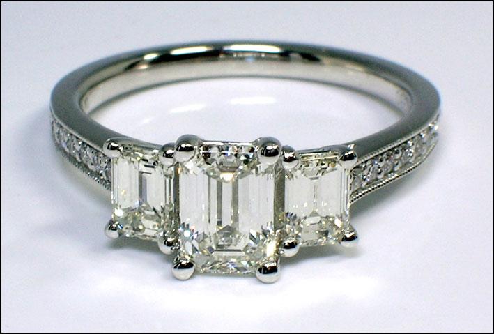 Anello con diamante a taglio smeraldo
