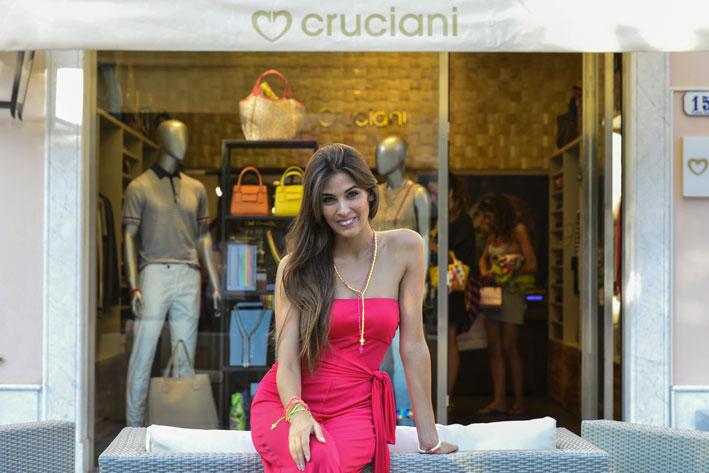 Ariadna Romero davanti alla boutique Cruciani a Forte dei Marmi
