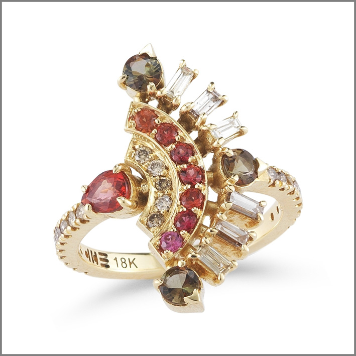 Collezione Una, anello a ventaglio in . oro giallo, andaluzite, zaffiro rosso, diamanti brown, diamanti baguette light brown