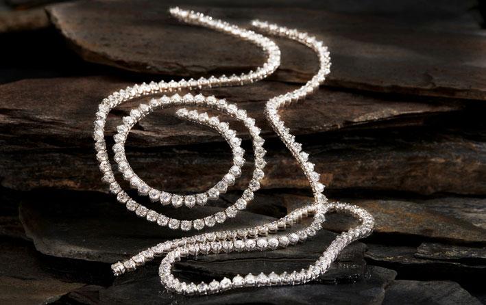 La collana Empress: è composta da 438 diamanti, per un totale di 93.17 carati e 30 zaffiri dalla Birmania per 111,9 carati