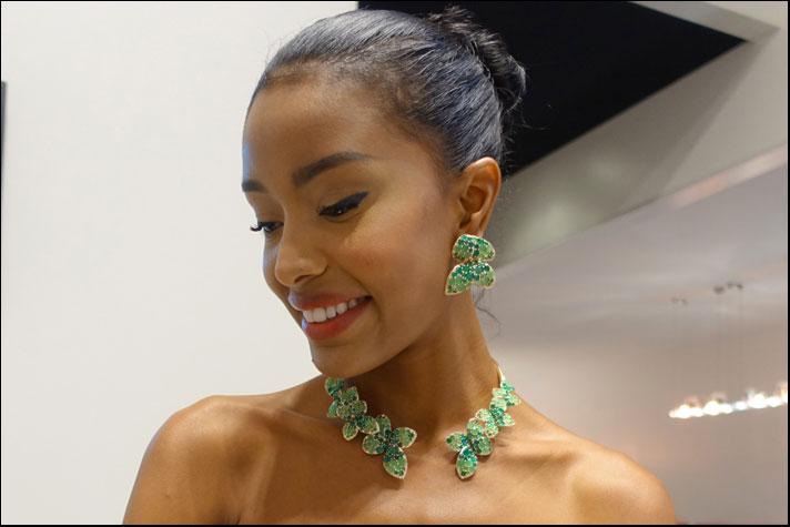 Giardini Segreti Haute Couture, collana con sei fiori a quattro petali e orecchini della parure in oro rosa flex, agata verde e tsavoriti
