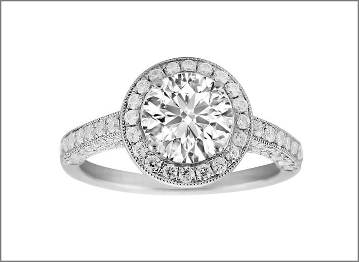 Solitario con diamante taglio brillante e corona di piccoli diamanti