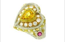 Anello con zaffiro giallo tagliato a cuore, rubini e diamanti