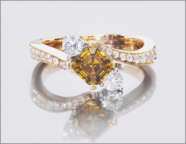 Anello con diamante fancy deep orange brown