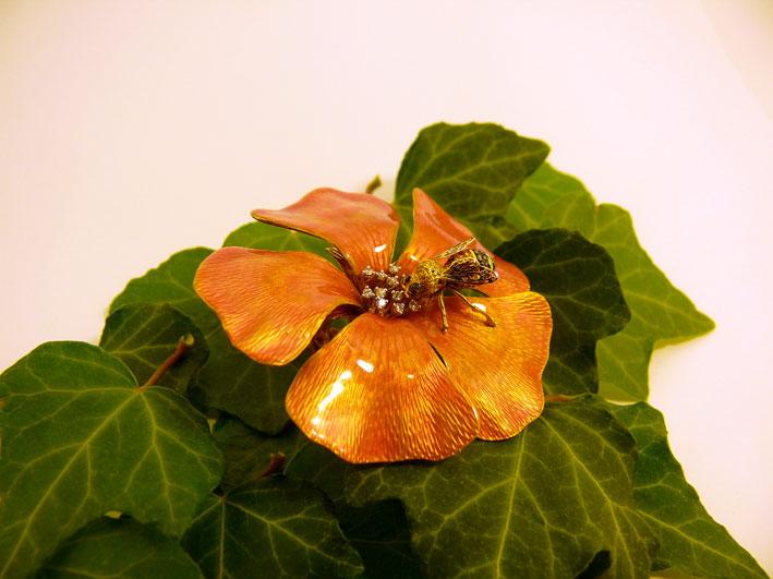 Opera di oreficeria: fiore con insetto