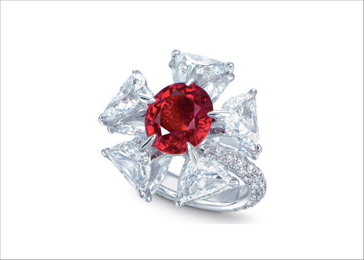 Anello con rubino birmano e diamanti di Edmond Chin venduto a Hong Kong per quasi 4 milioni di dollari