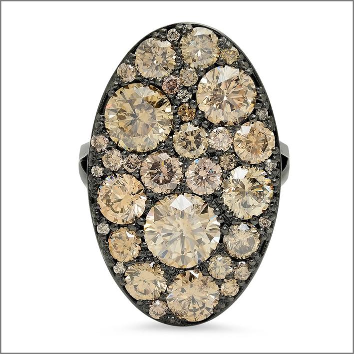 Colette Jewelry, anello chevalier con diamanti champagne
