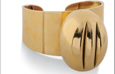 Concetto spaziale con taglio, bracciale di Lucio Fontana in asta il 3 novembre da Christie's. Stima: 56 mila – 83 mila euro