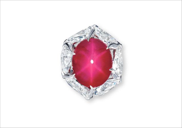 Anello con raro rubino stella e diamanti