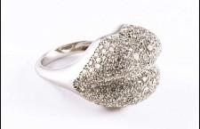 Anello della collezione Lips, in oro bianco e diamanti