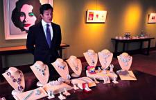 Rahul Kadakia con una selezione di gioielli appartenuti a Elizabeth Taylor venduti in una speciale asta organizzata da Christie's nel 2011, che ha messo a segno un record di 116 milioni di dollari
