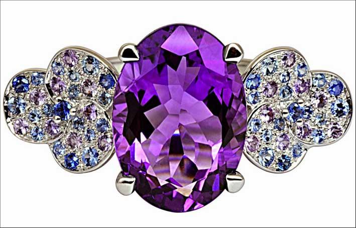 Anello della collezione Tiple-Trêfle. Oro bianco 18 carati, diamanti, ametista, zaffiri