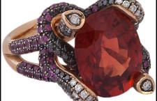 Anello con grande spinello birmano rosso-arancio, su oro rosa con rubini e diamanti colorati