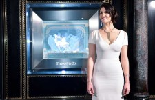 Gemma Arterton all'interno del Tiffany & Co. Christmas shop nel negozio di Old Bond Street