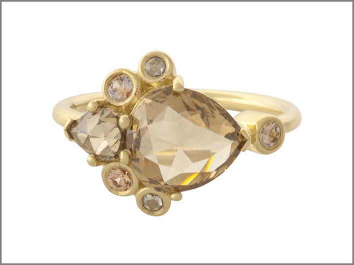 Anello con diamanti champagne taglio a pera
