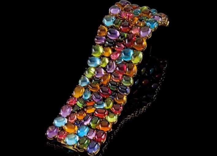Braccialetto Bulgari, in oro con tormaline, quarzi citrini, ametiste, topazi (trattati), ioliti, peridoti taglio cabochon,  per un totale di 250 carati