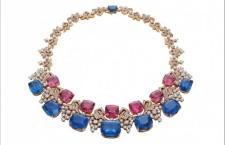 collana Blue Iridescenza, composta con otto zaffiri (per un totale di 187.48 carati) che, secondo Bulgari, sono capaci di mantenere la loro tonalità blu anche al buio, e spinelli