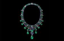 Collier Aga, Tutti i frutti: smeraldi, zaffiri rubini e piccoli inserti di onice. È convertibile rimuovendo la pietra centrale