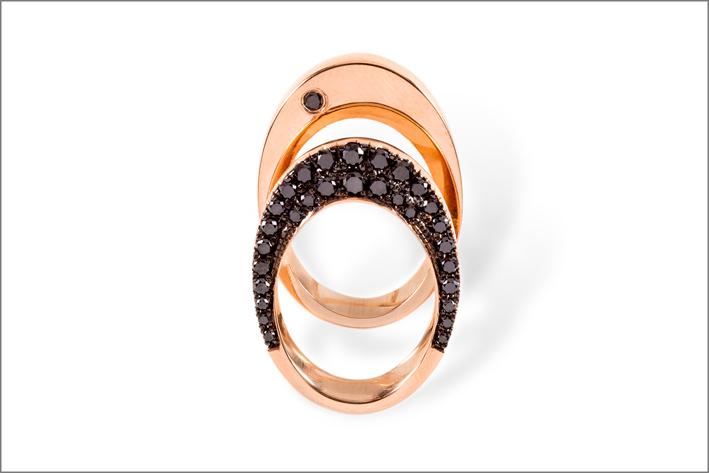 Kim Hye Mee, anello reversibile in oro rosa e diamanti neri