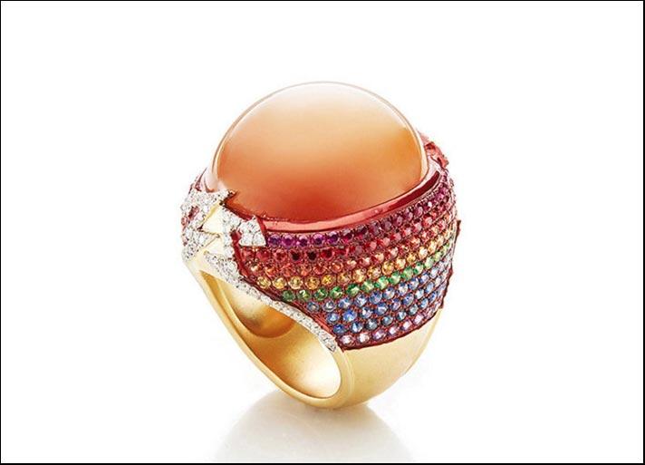 Anello Moonstone Rainbow, in oro 18 carati con pietra di luna circondata da file di zaffiri multicolore, tsavoriti, diamanti bianchi e ametiste