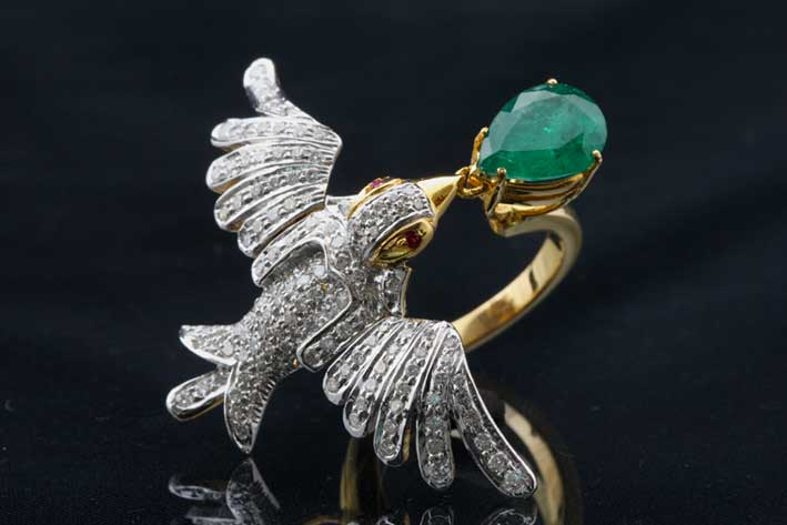 Anello a forma di uccello in oro, diamanti e smeraldo tagliato a goccia