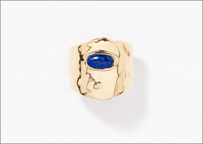 Collezione Peggy, anello placcato oro giallo con lapislazzulo. Prezzo: 240 dollari