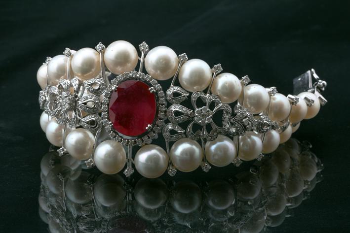 Bracciale con perle, diamanti e rubino di Diagold
