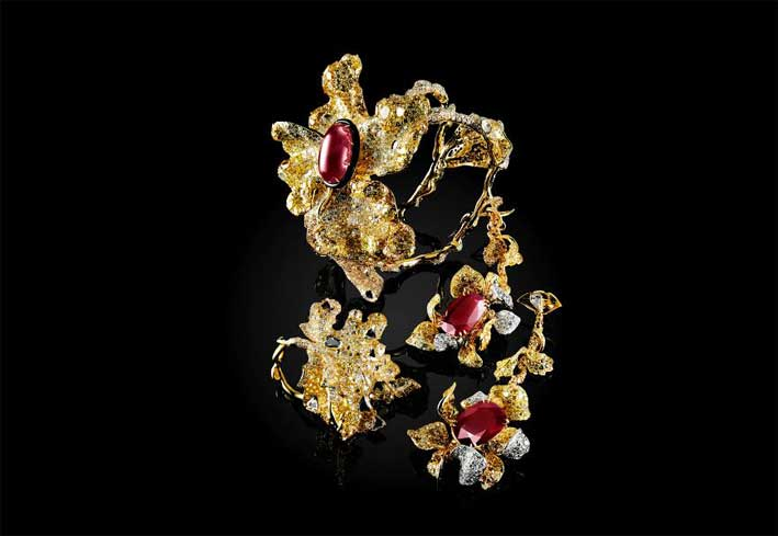 Bracciale floreale di rubini, diamanti e nice, orecchini girasole con diamanti bianchi e gialli, rubino ovale e anello con diamanti