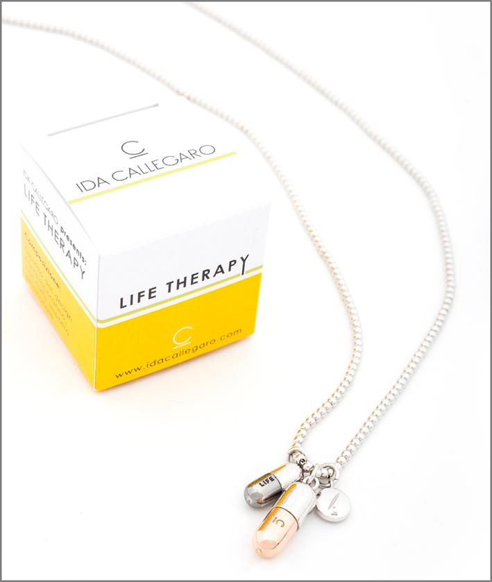 La collana è venduta in una scatola che simula un medicinale