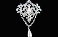 RIproduzione della spilla della regina Elizabeth con diamanti e perla a goccia