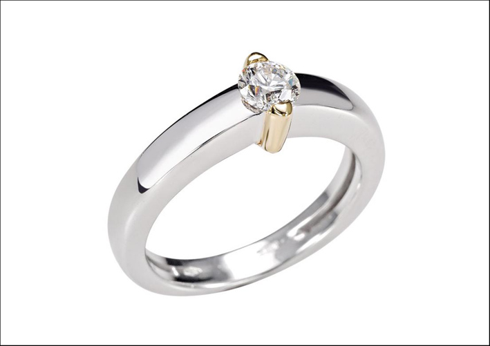 Anello solitaire, in oro bianco e oro giallo, con diamante