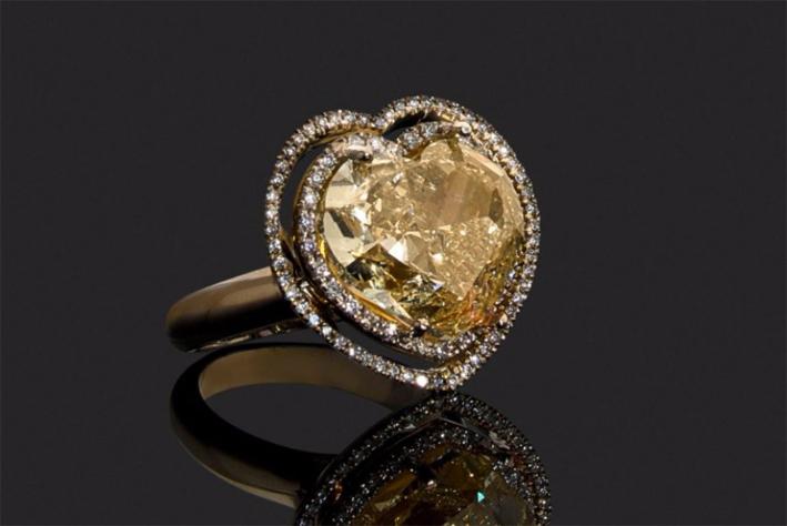 Anello in oro giallo con diamante fancy yellow tagliato a cuore
