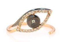 Evil Eye ring, oro rosa, diamanti bianchi e brown. Prezzo: 855 sterline