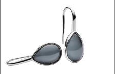 Orecchini in acciaio lucido  con cristallo a goccia grigio. Prezzo: 49 euro
