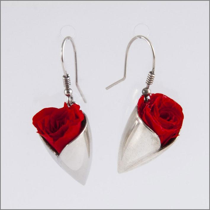 Orecchini in argento con rose rosse eterne. Prezzo: 99 euro