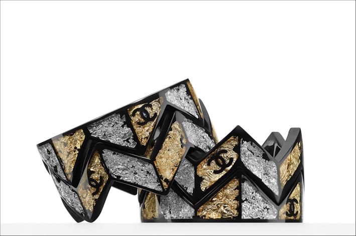 Bracciali con foglie in metallo. Prezzo: 1920 euro