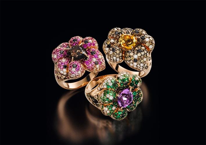 Anelli a forma di fiore in oro e pietre preziose