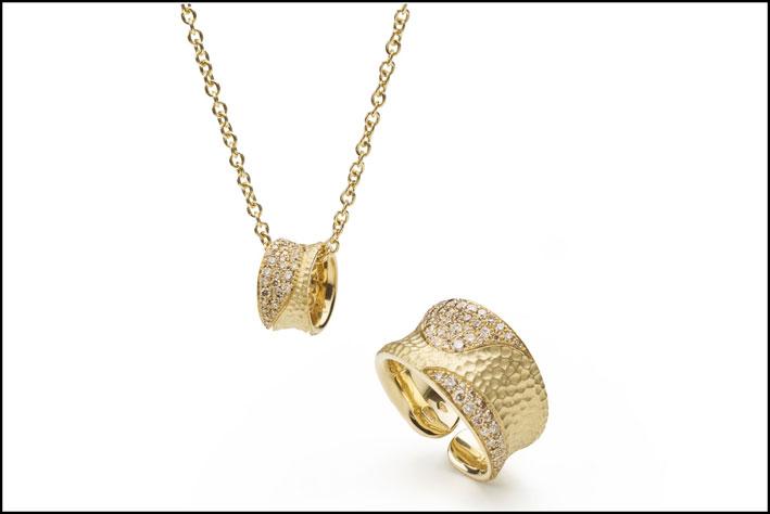 Pendente e anello che si aggiungono alla collezione Aurea. Prezzo: 2.480 (pendente) e 3.950 euro (anello)
