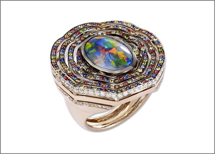 Lorenza Baumer, anello Astrolabio, con diamanti bianchi, opale nero, zaffiri blu, gialli e arancio, tsavorite