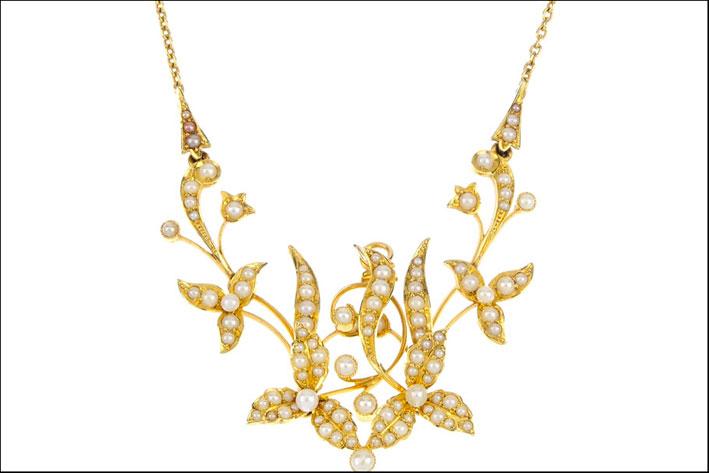 Lavaliere con motivo floreale in oro con perle