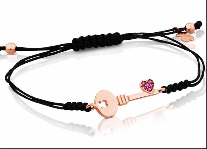 Bracciale in corda con chiave in vermeil (argento e oro rosa 18 carati) e rubini. Prezzo: 65 euro