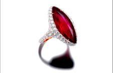 Anello con rubino e diamanti della collezione  Cosmopolita