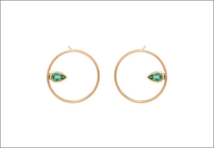 Zoë Chicco per Gemfields, orecchini rotondi in oro, smeraldi e diamanti