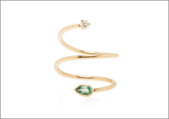 Zoë Chicco per Gemfields, anello in oro, smeraldi e diamante