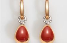 Capriful, orecchini con diamanti e goccia in oro rosa lucido e inserto centrale in corallo rosso. Prezzo: 3000 euro