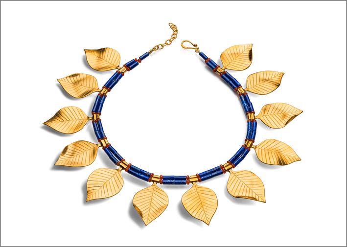 Collana in stile sumero con foglie dorate, lapislazzuli e corniola. Prezzo: 395 dollari