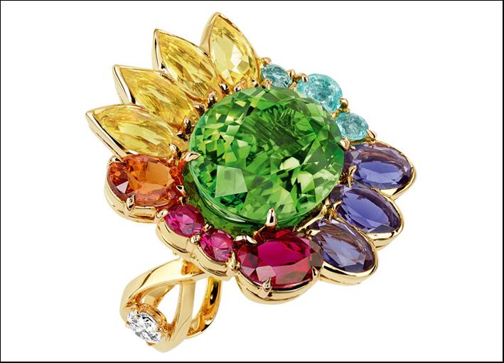 Granville, anello in oro giallo con tormalina verde centrale, berilli gialli, ioliti, granato spessartina (color arancio), rubellite, tormaline Paraiba e spinelli rossi